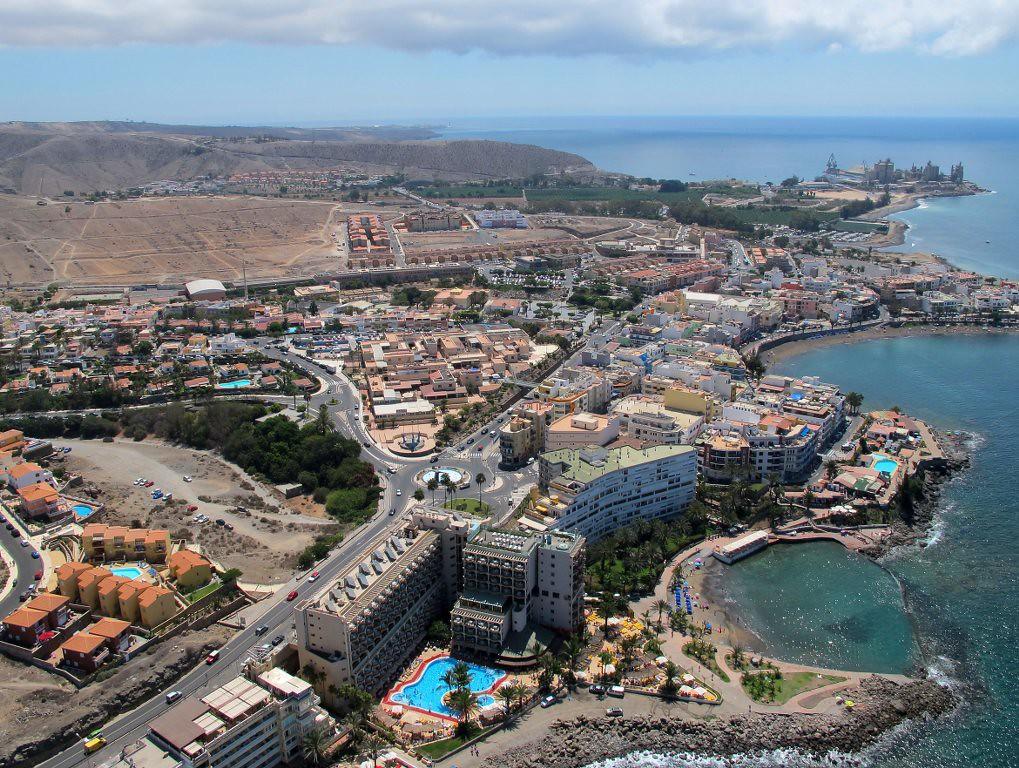Como abogado en Tenerife hoy quiero explicarte todo lo que puedes necesitar saber sobre la Zona Especial Canaria (ZEC). La Zona Especial Canaria es una zona de baja tributación que surge dentro del ámbito del Régimen Económico y Fiscal de Canarias. Su cometido es el de conseguir promover el desarrollo económico y social del archipiélago y lograr una mayor diversificación en su estructura de producción a la vez que crear empleo. La ZEC surge para tratar de equiparar la especial situación de Canarias a la del resto del país La ZEC nace en función de factores geográficos e institucionales propios de Canarias, entre los que destacan la insularidad, la lejanía del resto del país, la escasez de recursos naturales y la alta dependencia del exterior. Tratando de lograr que, con estas ventajas, el territorio canario se pueda equiparar con el resto de las ciudades españolas. Fue la Comisión Europea en enero del año 2000 quien autorizó la ZEC , que se regula mediante la Ley 19/94 de 6 de julio de 1994. La especiales condiciones aprobadas, unidas a su clima y a su privilegiada situación, que la convierte en punto de encuentro de Europa y América con África, ha convertido al archipiélago Canario en un destino seleccionado por un gran número de empresas de distintas partes del mundo. La ZEC se gestiona a través de un consorcio del que forman parte los gobiernos de España y Canarias. Ofrece el régimen de baja tributación más atractivo de toda Europa, su gravamen sobre el impuesto de sociedades es tan solo del 4%. Una cifra que resulta muy inferior al tipo medio aplicado en los distintos países europeos que, de media, ronda el 23%. Este tipo se aplica sobre los límites de la base imponible atendiendo a unos baremos de creación de empleo. Además la ZEC supone otras medidas favorables para las empresas como la distribución de dividendos exentos de tributación y otras que afectan a la imposición indirecta a la importación, aportando el nivel máximo de seguridad tanto a nivel jurídico 